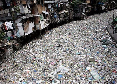 Rio sucio lleno de basura